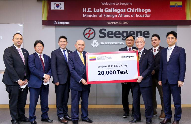 El canciller de Ecuador Luis Gallegos, recibe 20.000 kits de pruebas PCR de donación de la empresa SEEGENE