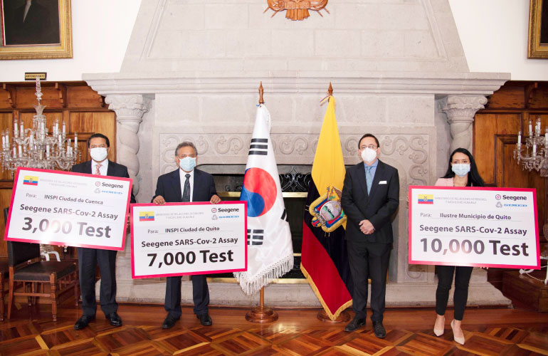 El INSPI y el Municipio de Quito reciben una donación de 20.000 pruebas PCR de la empresa coreana SEEGENE